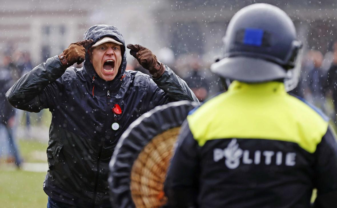 Полиция Амстердама применила водометы для разгона демонстрантов