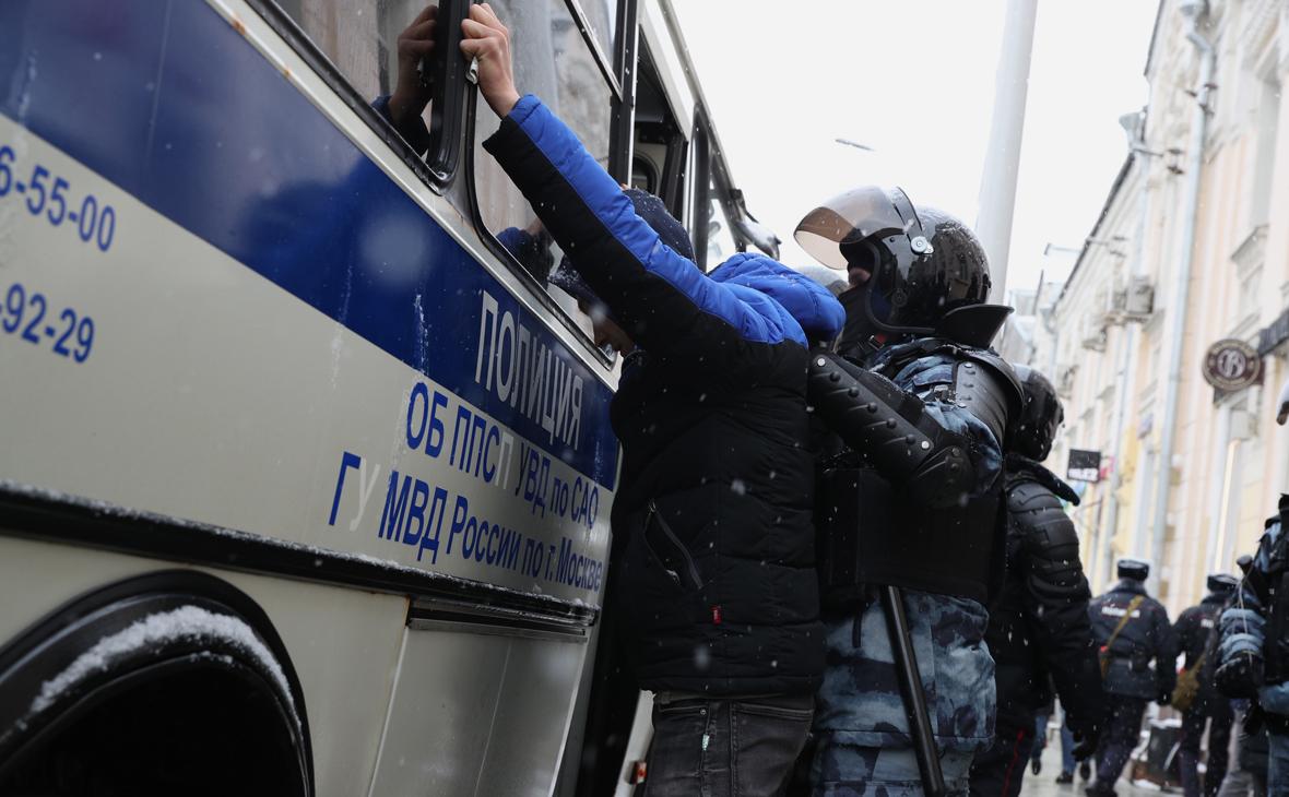 В ОНК ответили на данные о задержанных, просидевших 40 часов в автозаках