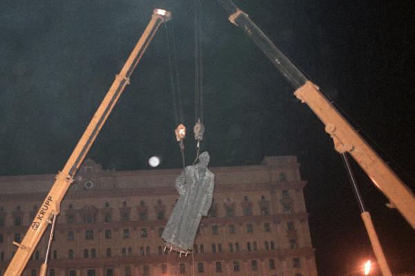 Не там встали: скандалы вокруг установки монументов и зданий в России