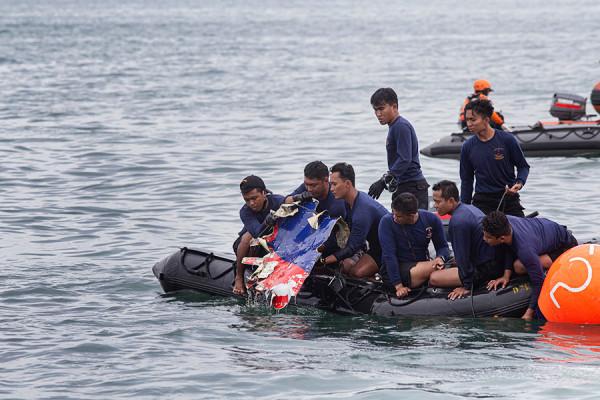Поисковые работы на месте крушения лайнера в Индонезии. Фоторепортаж