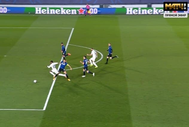 Судья назначил пенальти в ворота «Аталанты» за фол на Винисиусе. Рамос забил