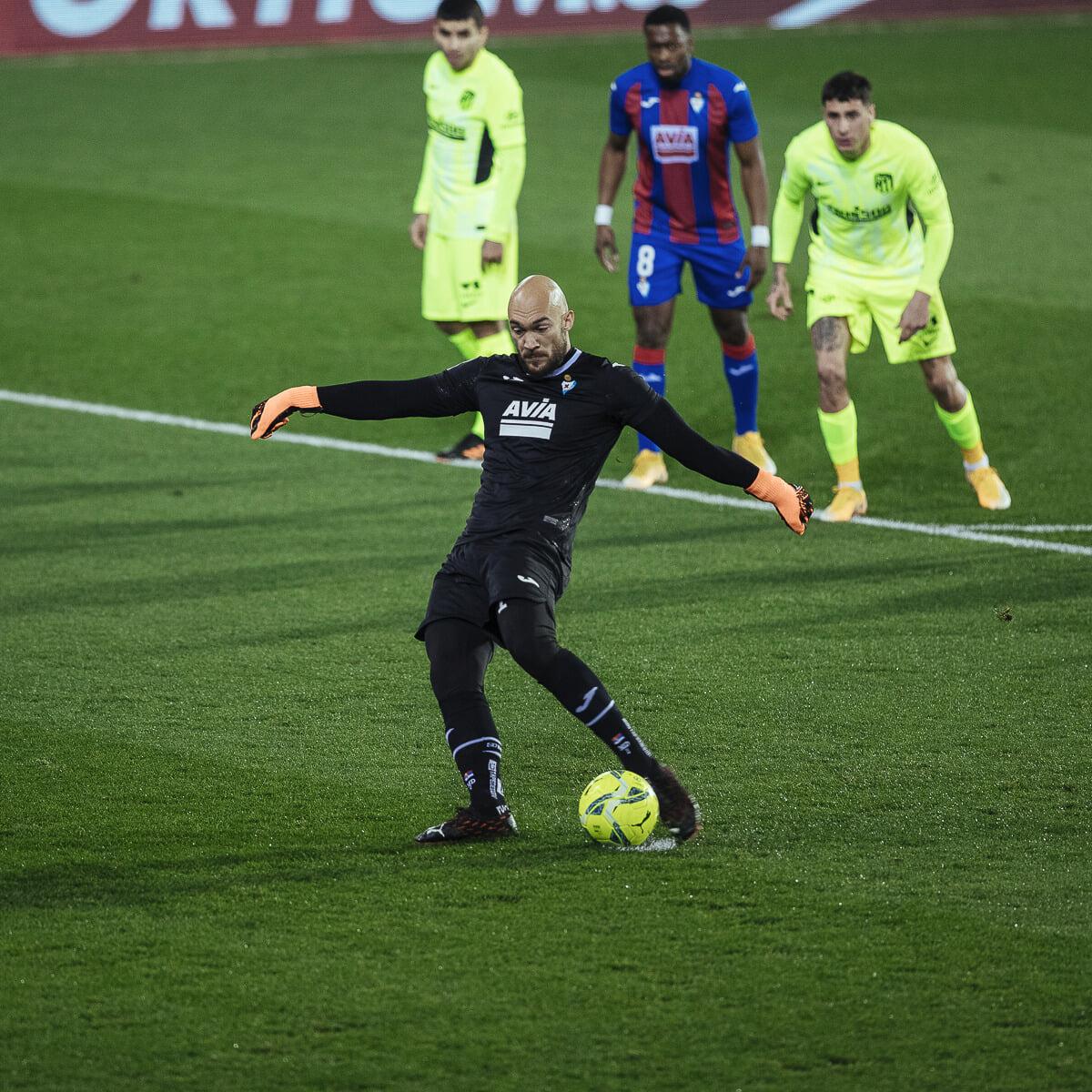 «Атлетико» пропустил от вратаря «Эйбара» Дмитровича с пенальти. Голкиперы не забивали в Ла Лиге 10 лет