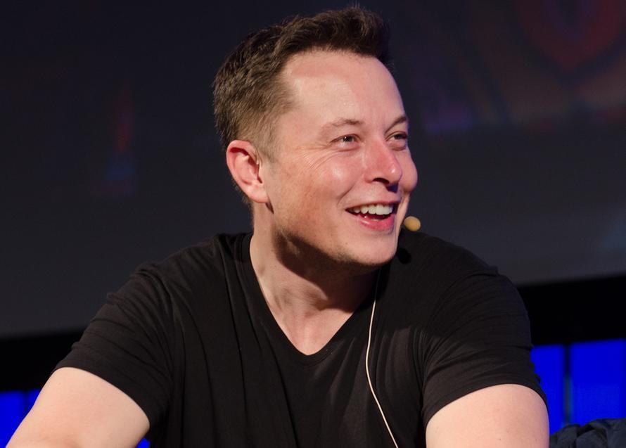 У Tesla возникли проблемы с доставкой красных шорт. Покупатели не могут получить их с июля