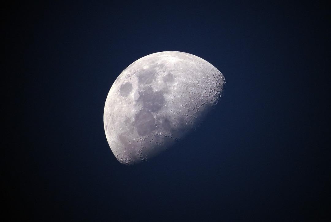 «Роскосмос» решил поднять зарплаты космонавтов сразу на 36%