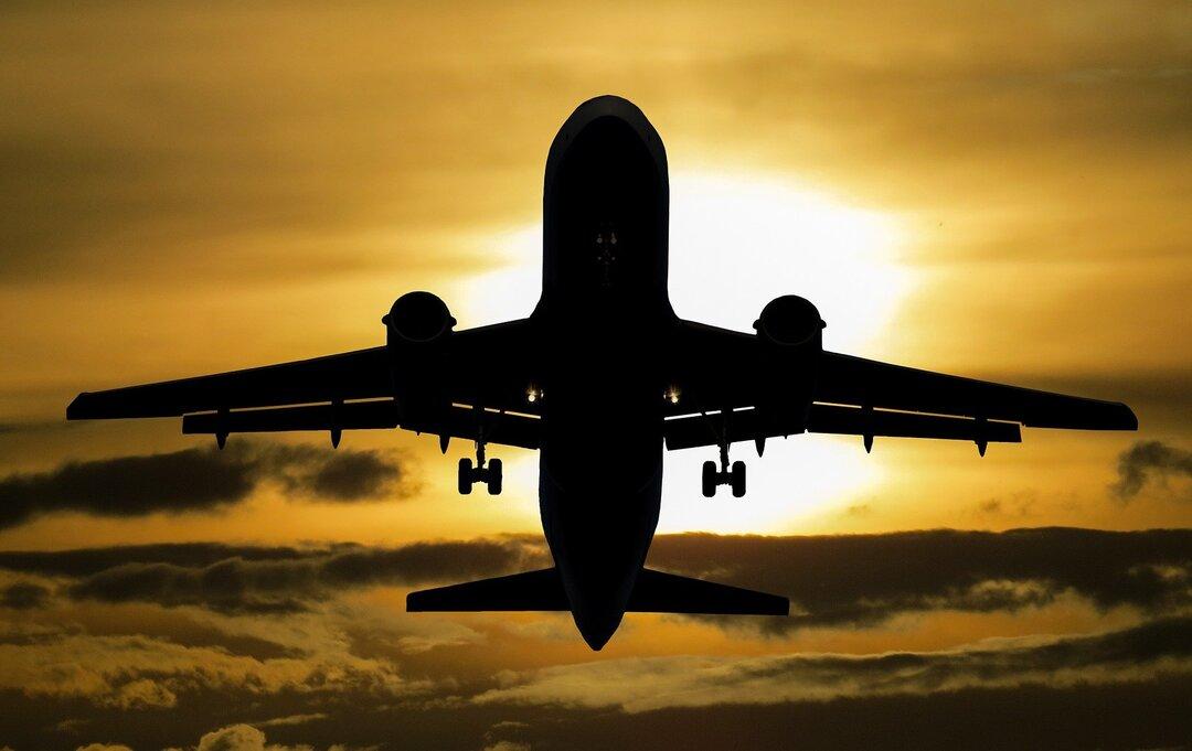 Россияне вдвое сократили расходы на авиабилеты