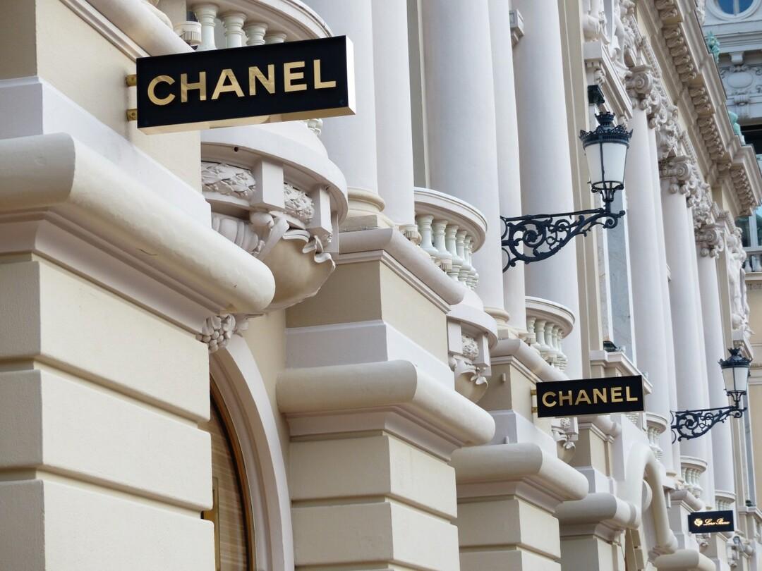 Chanel проиграл Huawei суд о сходстве логотипов