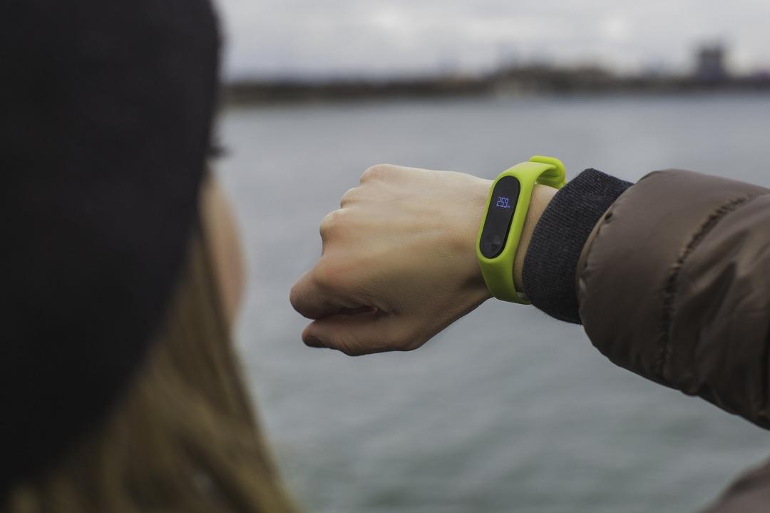 OnePlus представила свой первый умный браслет