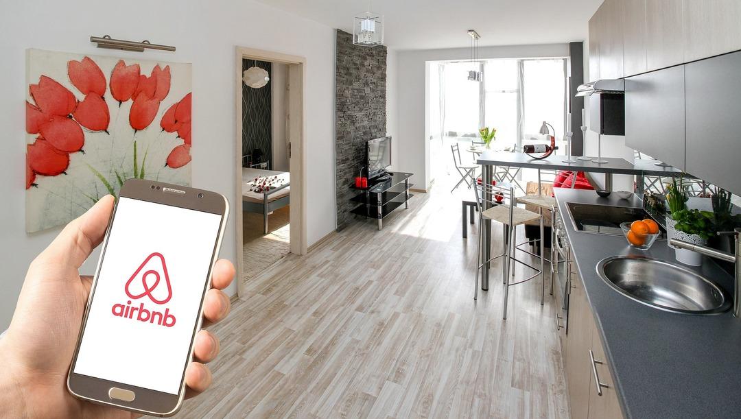 Участникам протестов у Капитолия запретили пользоваться Airbnb. На очереди авиаперелёты