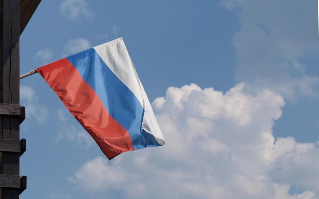 Российский художник нарисовал дубинкой флаг и продал его за 500 тысяч рублей