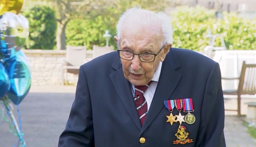 Умер 100-летний британский ветеран. Он помог собрать для врачей $45 млн, гуляя по саду