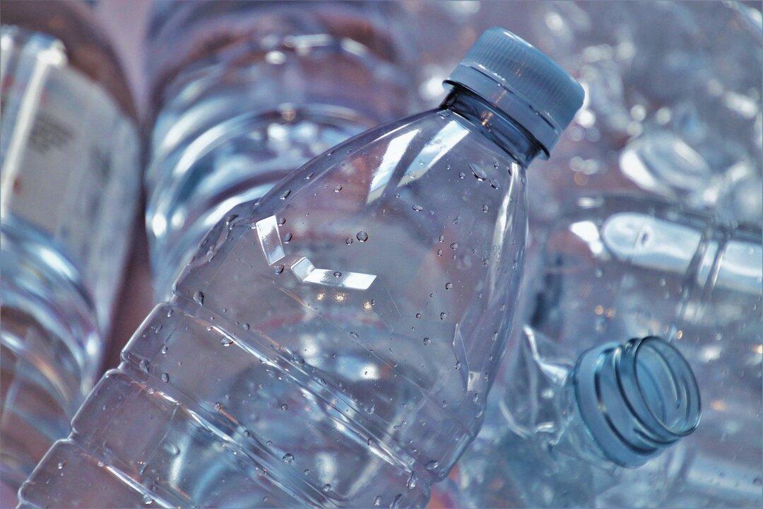 В Правительстве России призвали запретить пластиковую посуду и трубочки