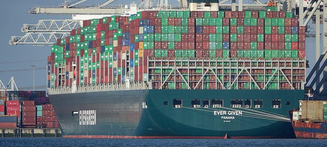 Мировые поставки нефти оказались под угрозой из-за застрявшего в Суэцком канале судна
