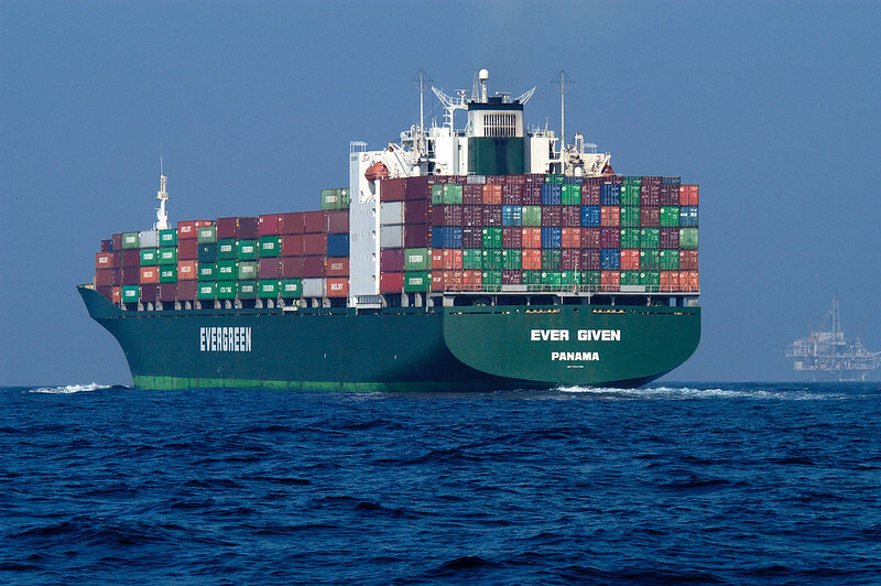 Перегородившее Суэцкий канал судно сняли с мели