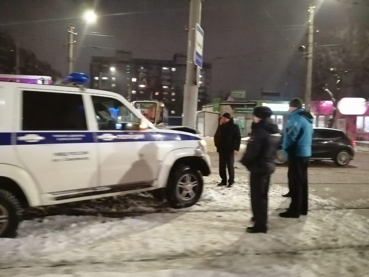 В Смоленска машина полиции протаранила столб и остановила движение трамваев