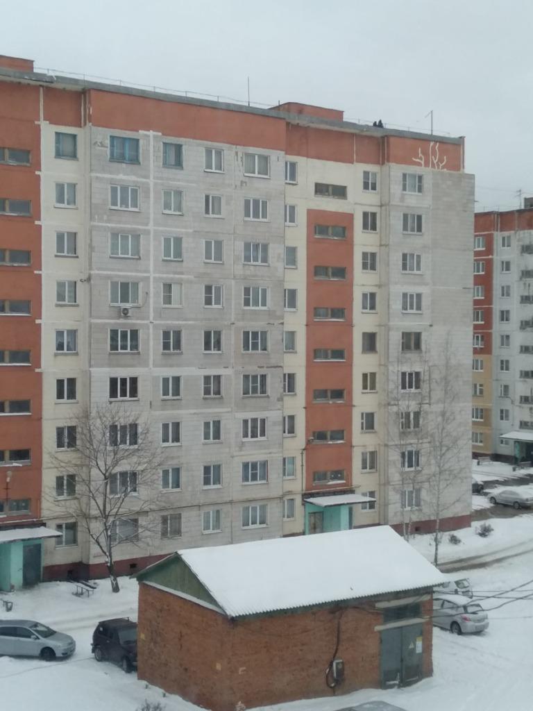 В Сафонове дети гуляют по крыше многоэтажки