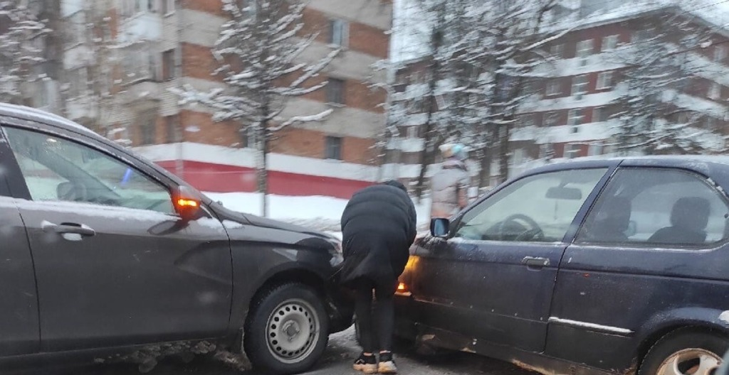 Две автоледи устроили утреннюю аварию на дамбе в Смоленске