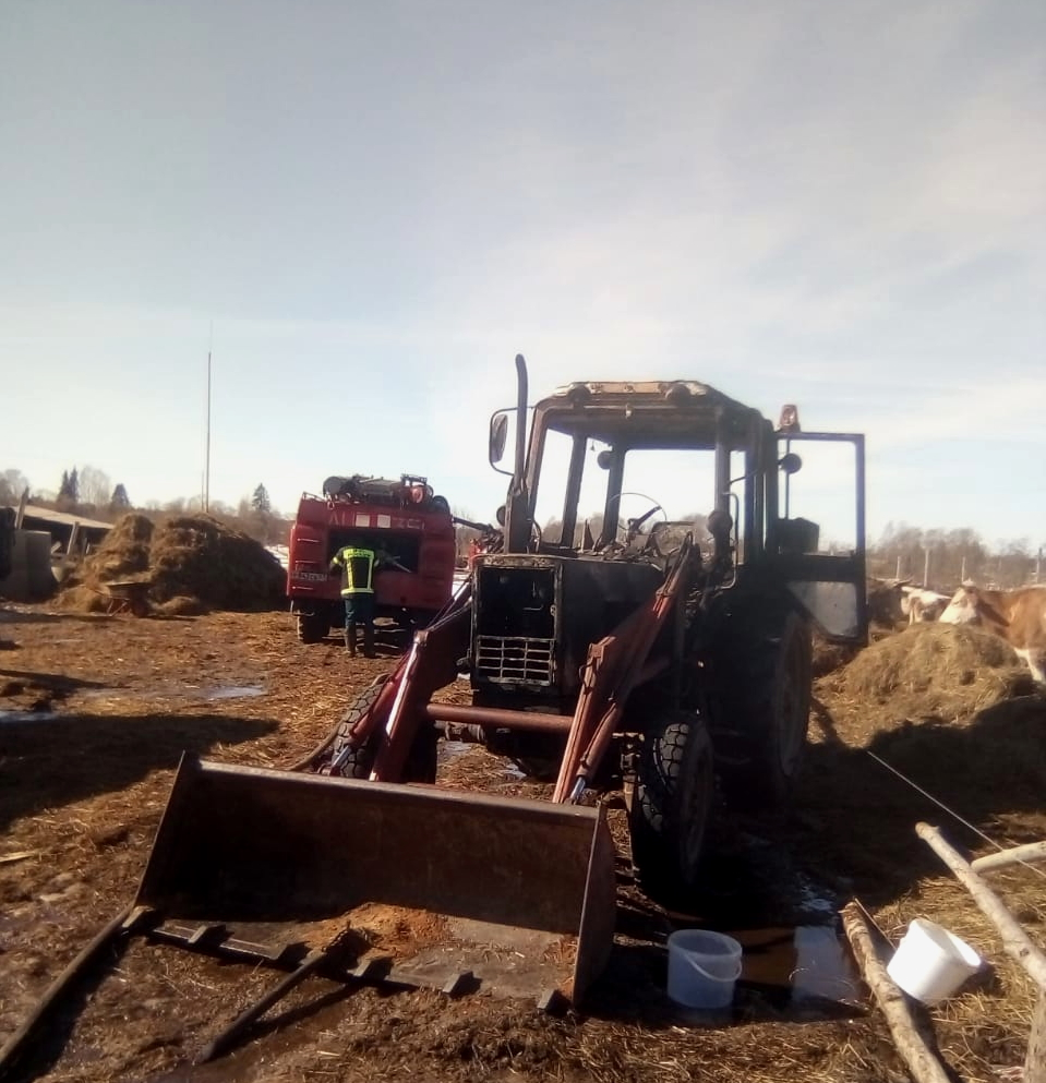 Горели 16 тонн сена и трактор, животные не пострадали. Серьезный пожар тушили в Новодугинском районе