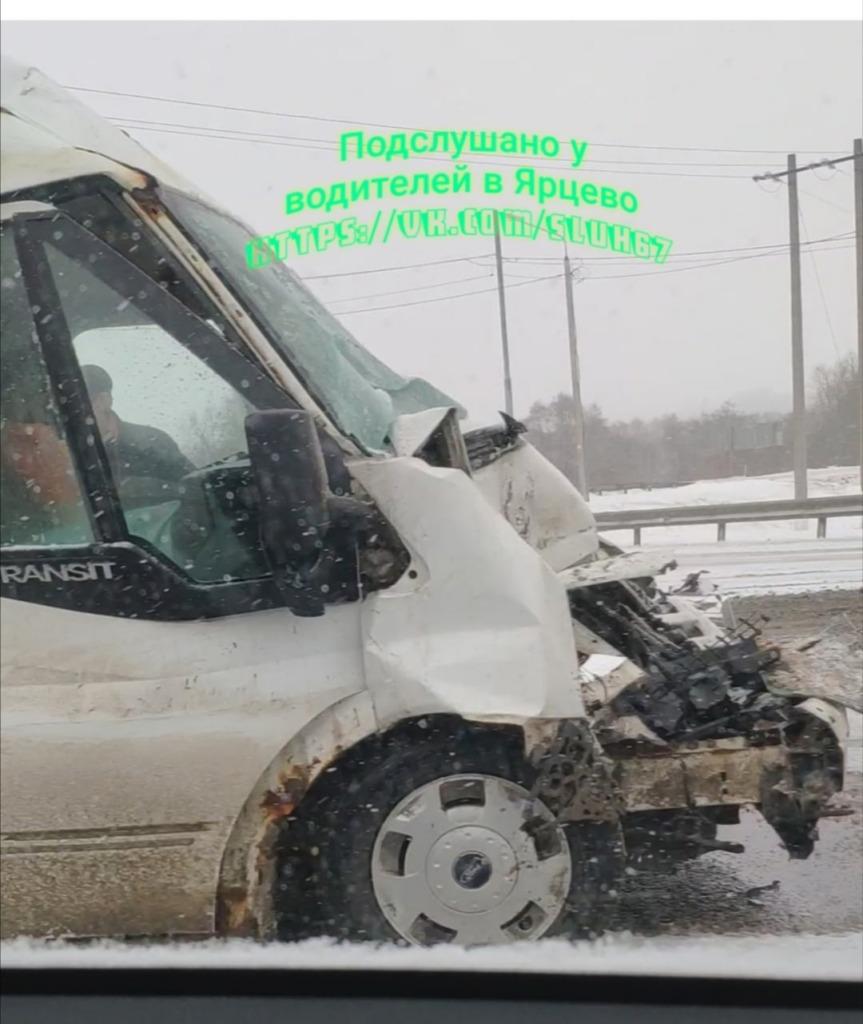 Фургон протаранил школьный автобус в Смоленской области