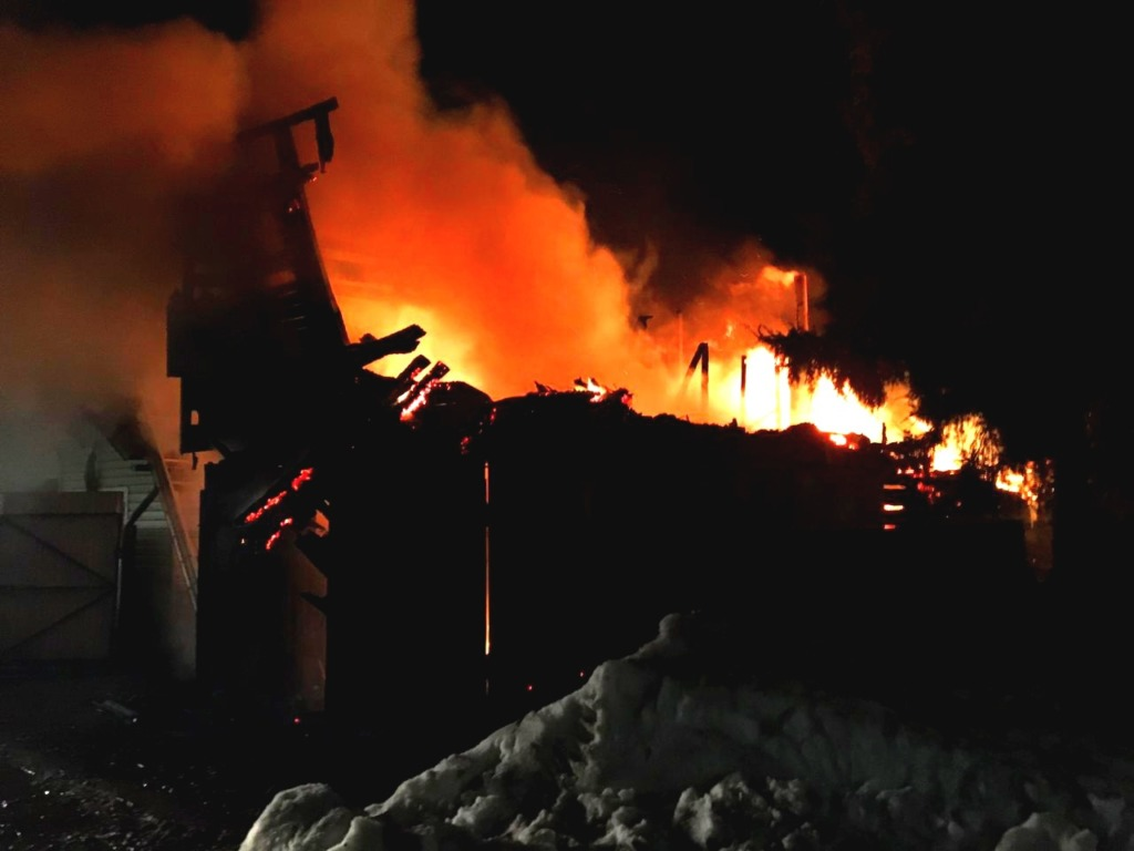 Сгорели дом, баня и гараж. Стали известны подробности ночного пожара в Рославле