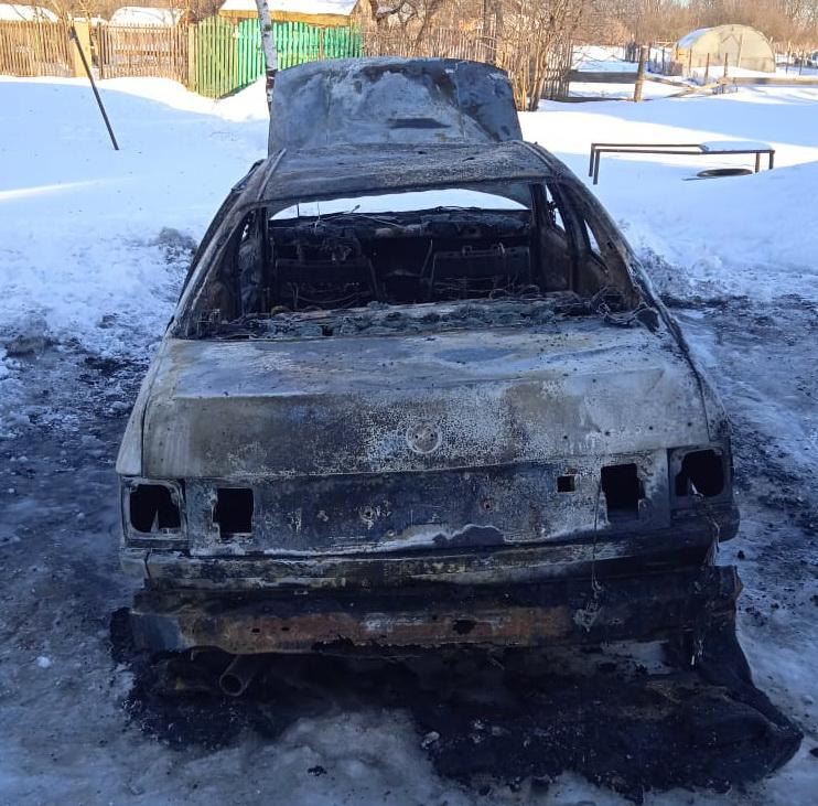 В Вязьме сгорел автомобиль ранним утром 11 марта
