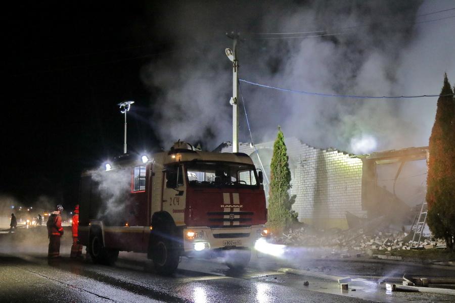 Сгорели три автомобиля в гараже. Стали известны подробности крупного пожара в Смоленском районе