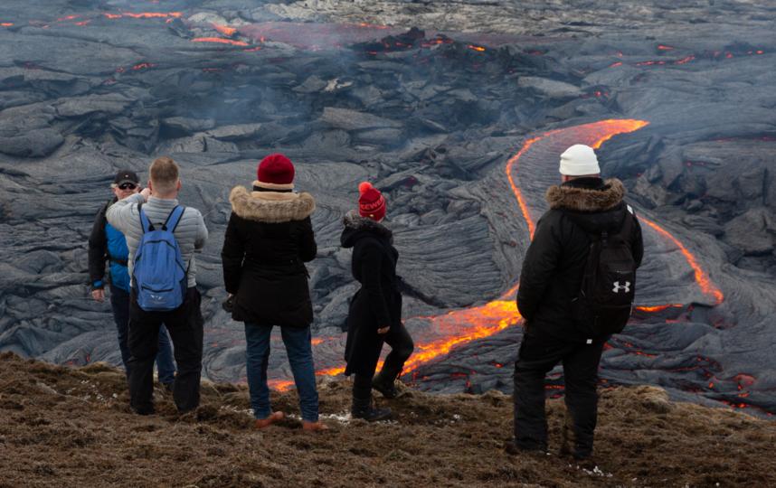 Вулканическая лава кажется прохладной: можно ли близко подойти к вулкану