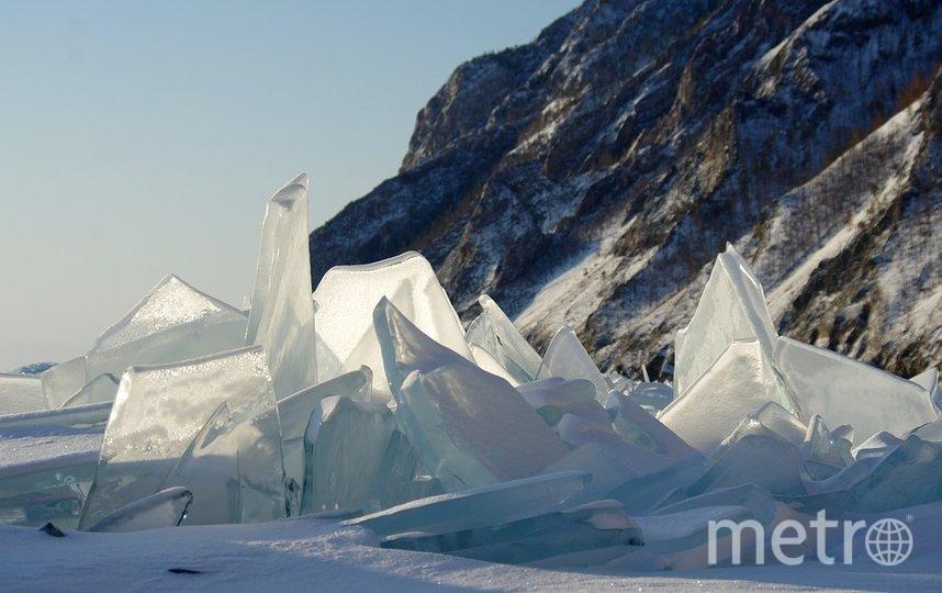 На Байкале дайверы открыли купальный сезон: они проплыли между ледяных игл
