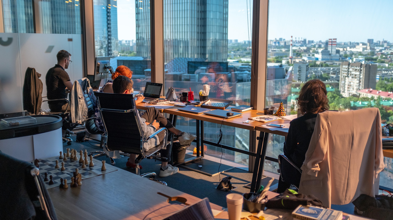 27% работников не хотят возвращаться в офис после пандемии. Большинство из них — бумеры