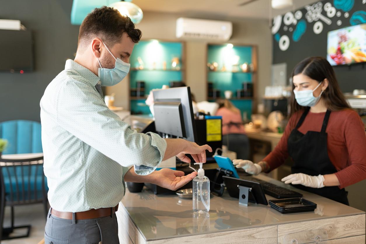 Люди с высоким доходом чаще носят маски и соблюдают социальную дистанцию, выяснили американские учёные