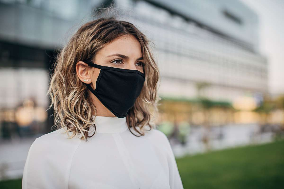 Люди доверяют чёрным маскам больше, чем маскам других цветов, показало исследование