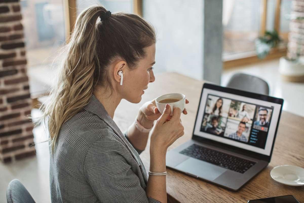 Молодым сотрудникам полезнее для карьеры и продуктивности работать в офисе, а не дома