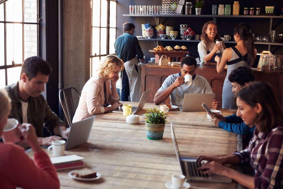 Учёные объяснили, почему вы креативнее, когда работаете в кофейне