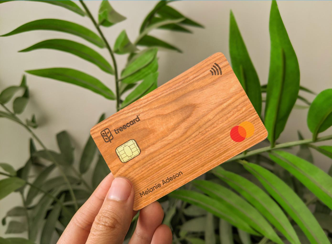 Финтех-стартап TreeCard привлек $5,1 млн. Он выпускает деревянную дебетовую карту, а на комиссию сажает деревья