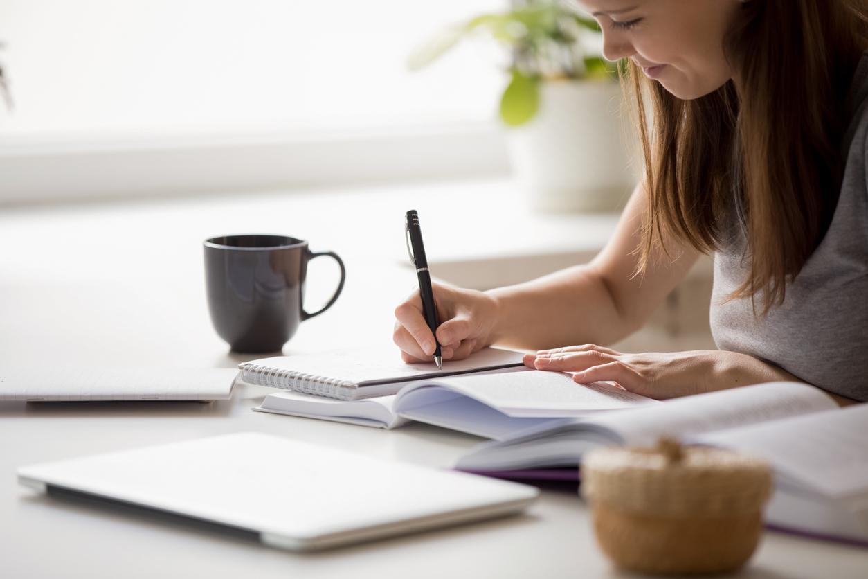 Письмо на бумаге помогает лучше запоминать информацию, чем заметки на смартфоне, доказали нейробиологи
