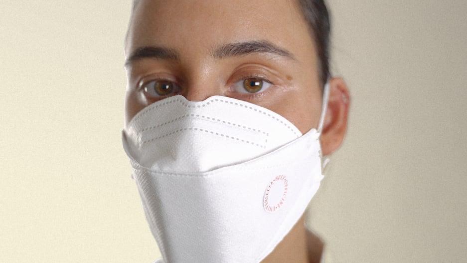 Французская компания создала ароматизированные стикеры, которые нейтрализуют неприятный запах внутри маски