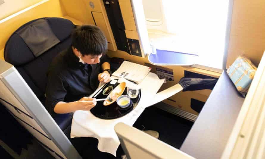 Крупнейшая авиакомпания Японии переделала припаркованный самолет в ресторан с обедами по $540