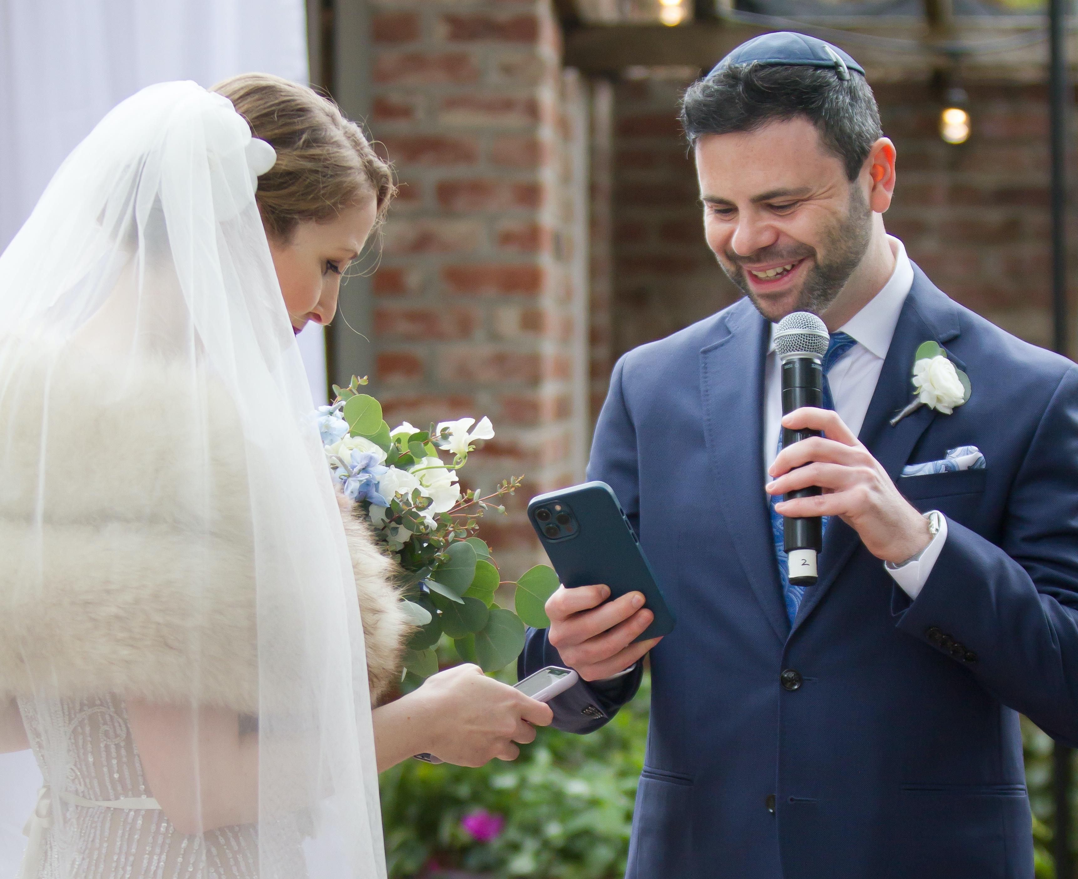 Сотрудники Coinbase поженились, обменявшись NFT обручальных колец