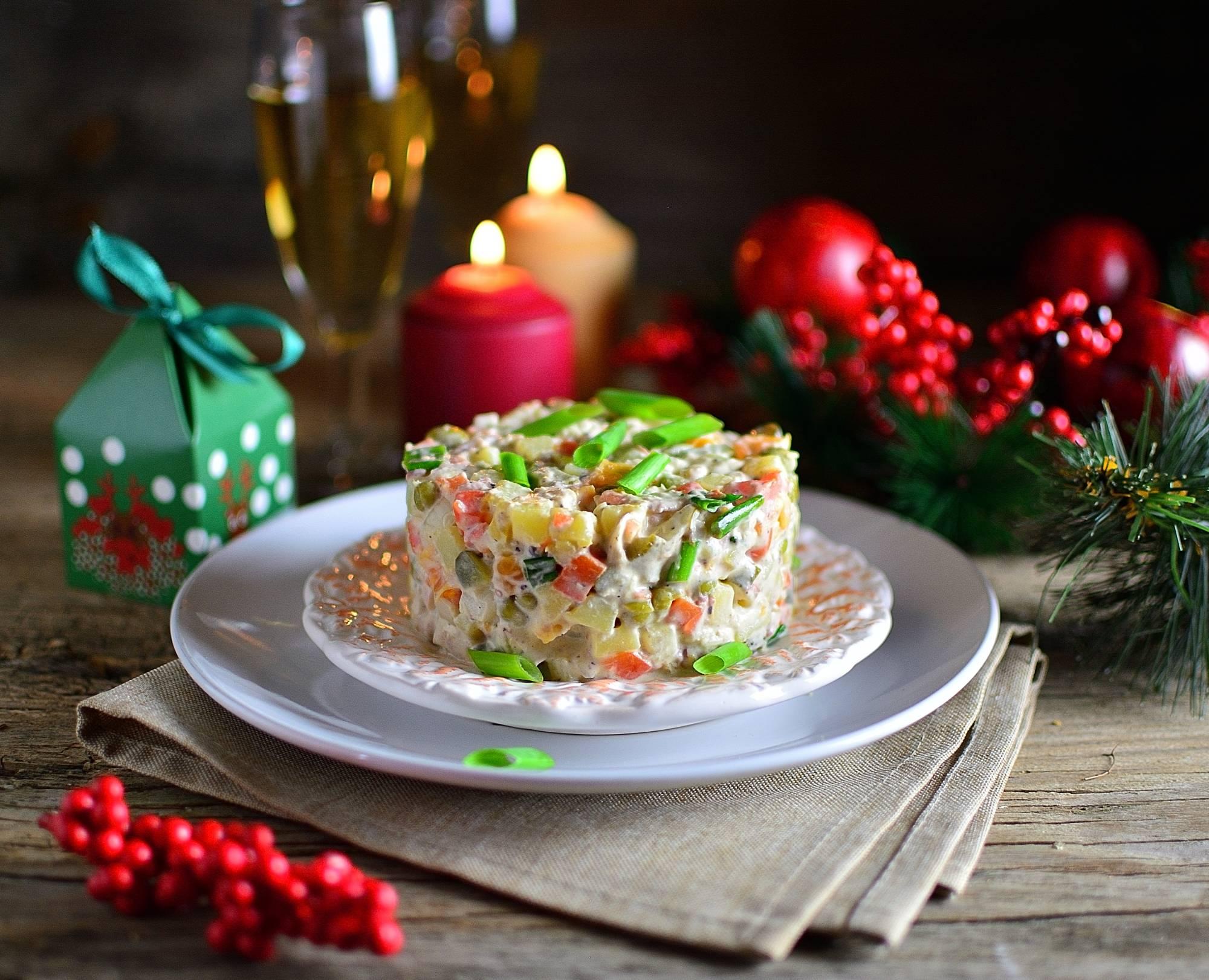 Запасы к празднику. Какие продукты для новогоднего стола выгодно купить в 'Пятёрочке', 'Дикси' и 'Магните' уже сейчас