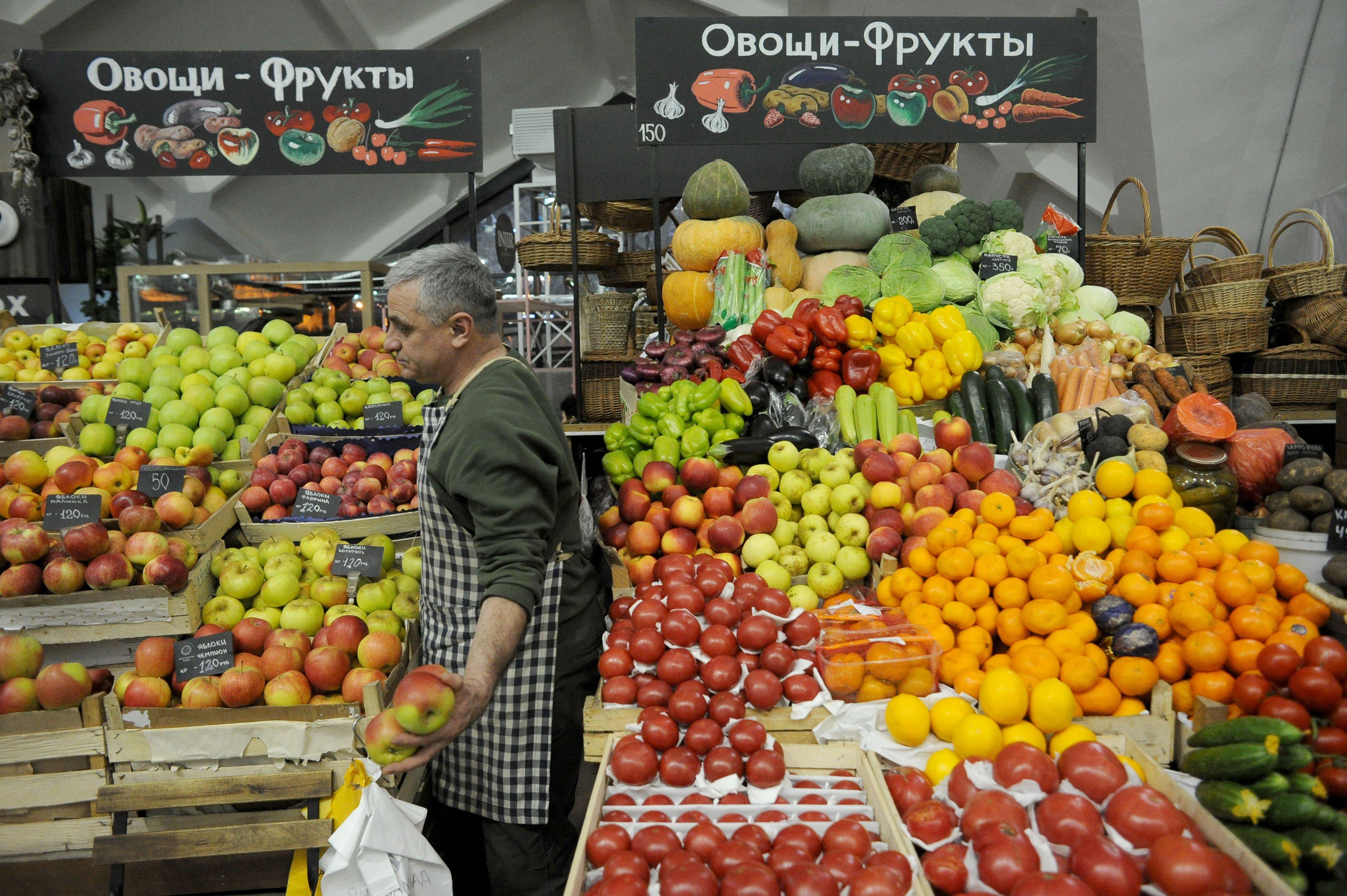 Немерюк не ожидает дефицита яблок и томатов в Москве после запрета поставок из Азербайджана
