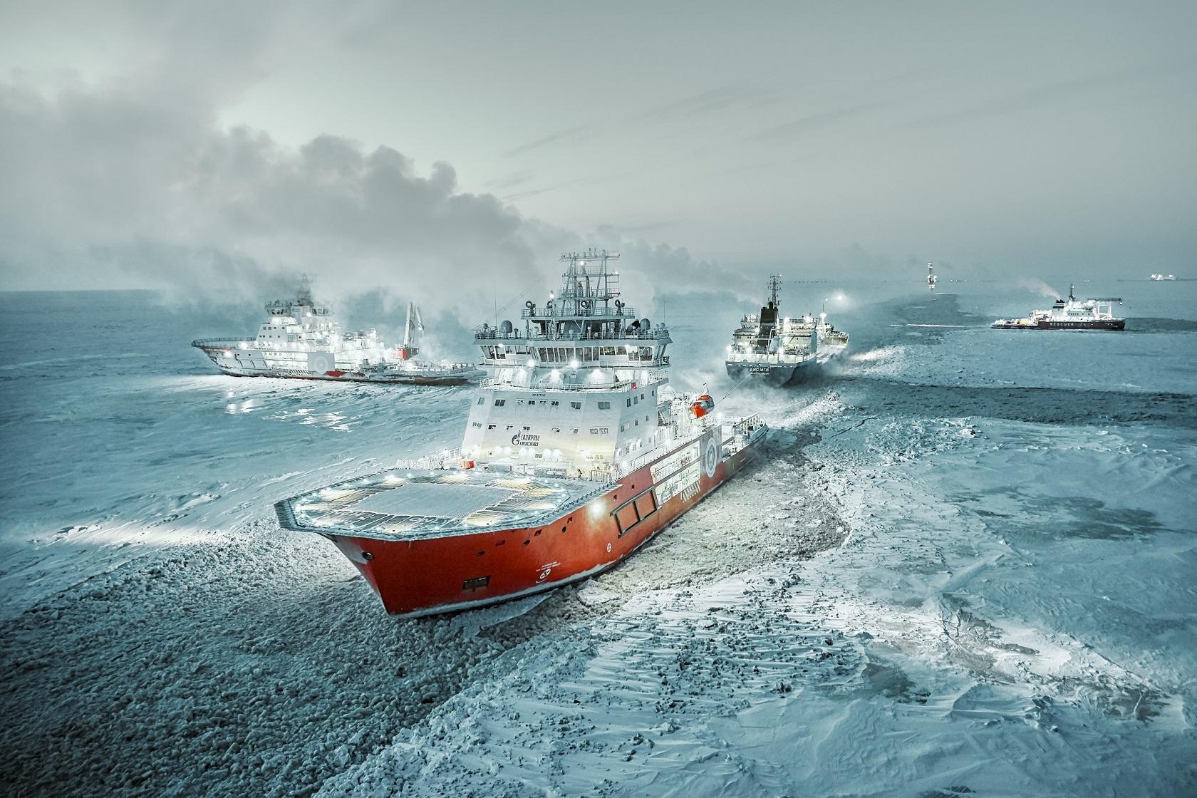 Экипаж ледокола 'Александр Санников' спас людей со льдины