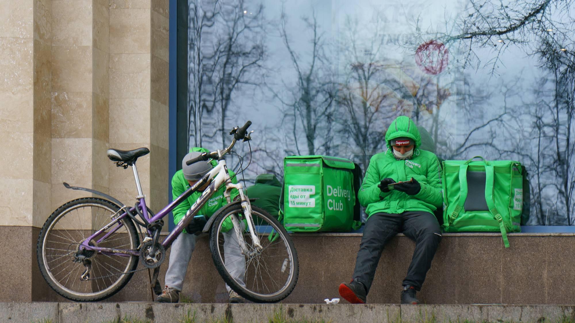 Почему доставка еды такая долгая? Кажется, у Delivery Club и 'Яндекс.Еды' слишком мало курьеров