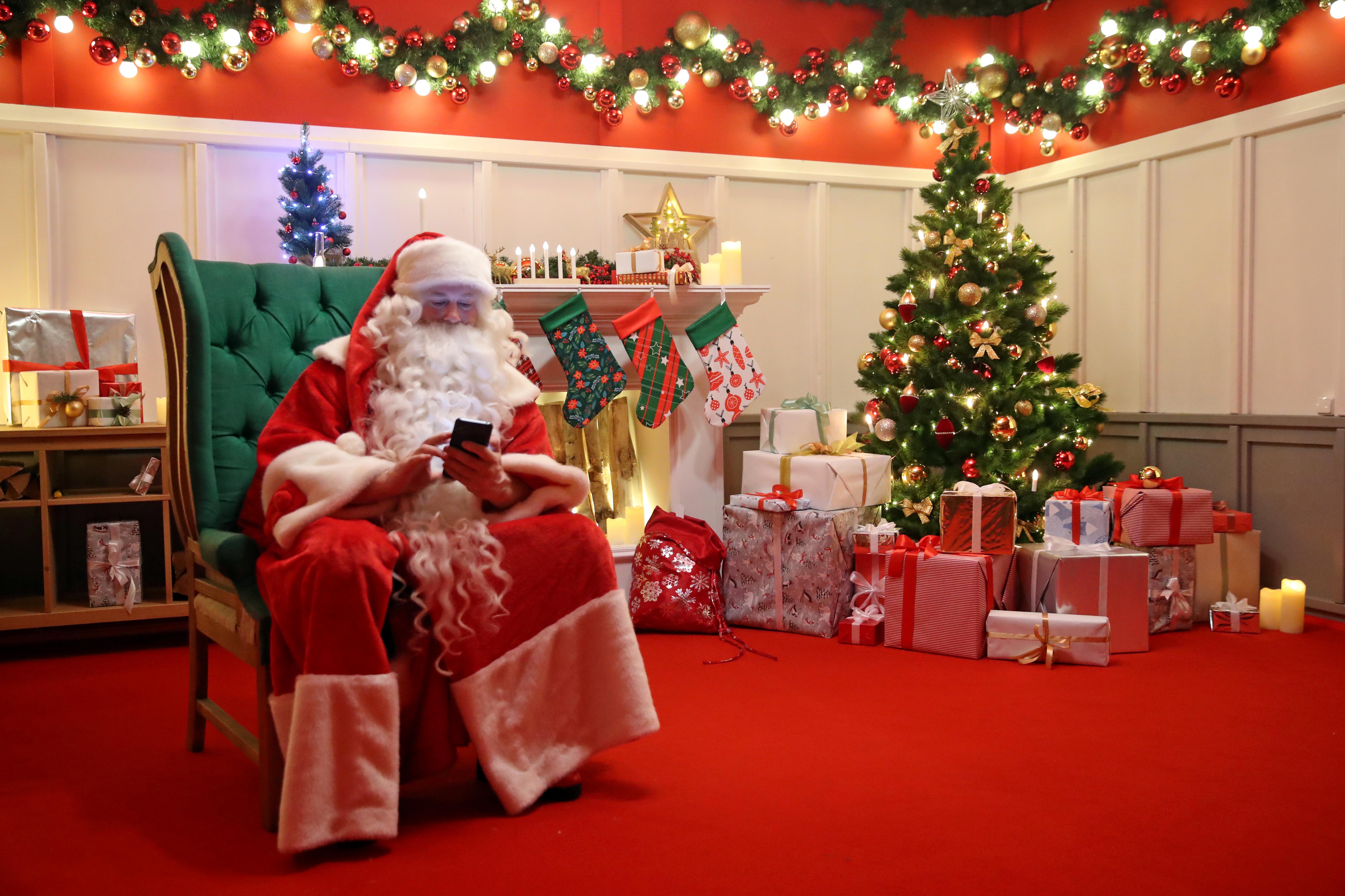 Милонов призвал Деда Мороза оставить без подарков тех, кто в него не верит