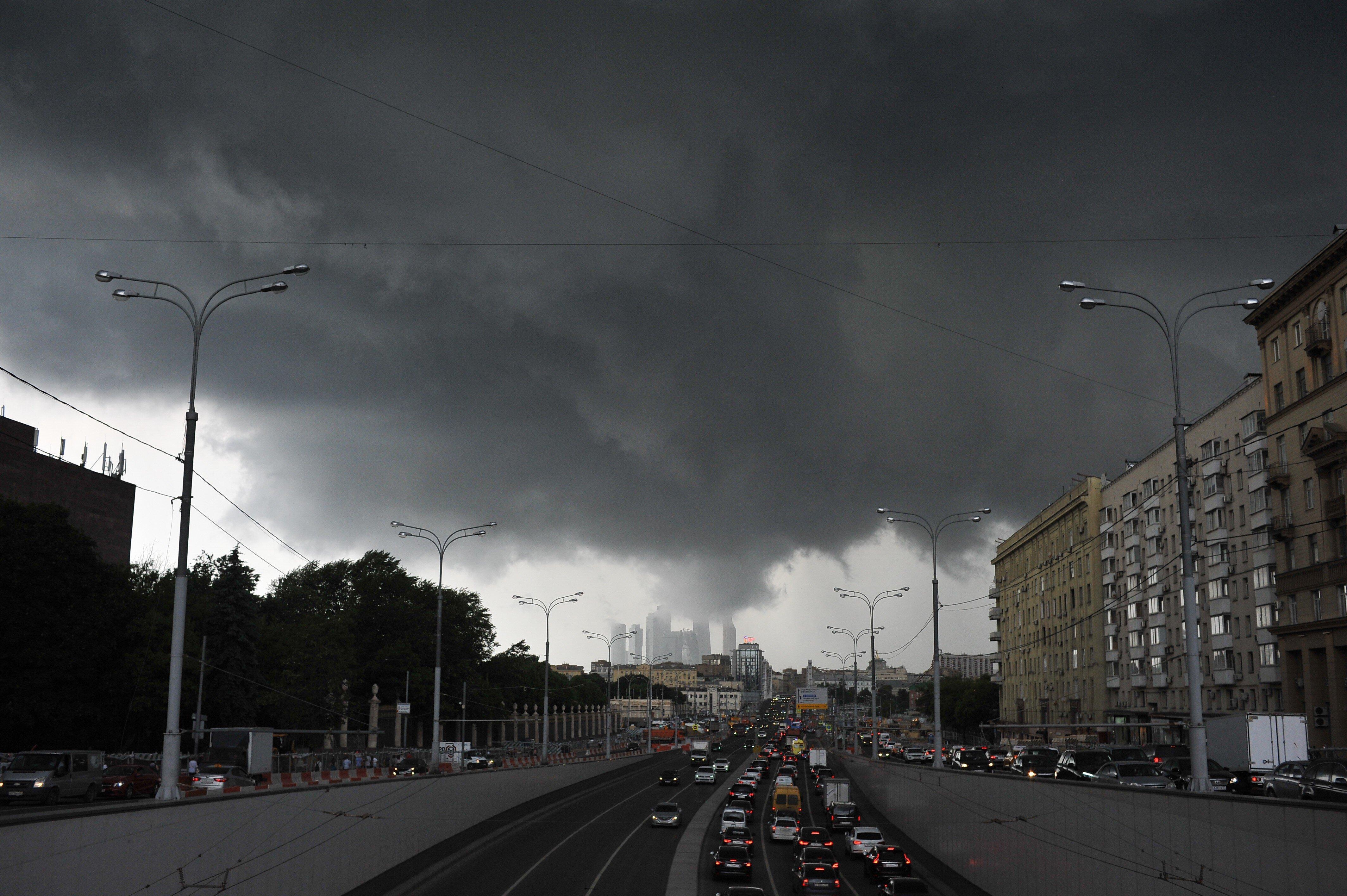 Жителей Москвы предупредили о грозе и шквалистом ветре в ближайшие часы