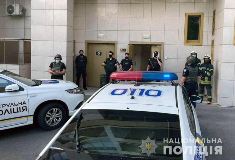 В Киеве мужчина открыл стрельбу по полицейским, два человека ранены