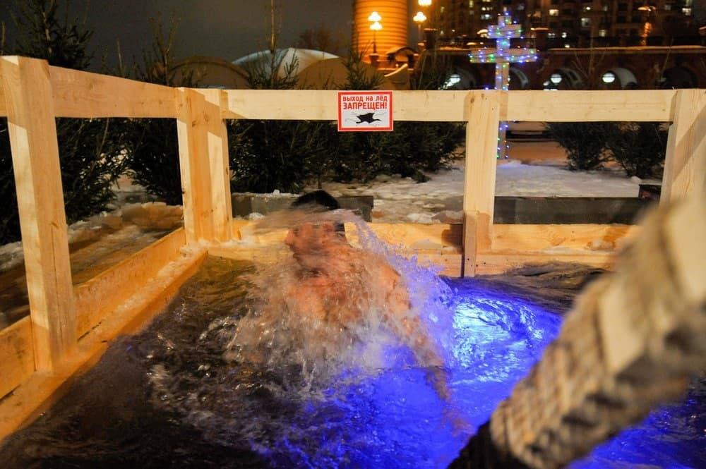 Инфекционист оценил риски заразиться ковидом во время крещенских купаний