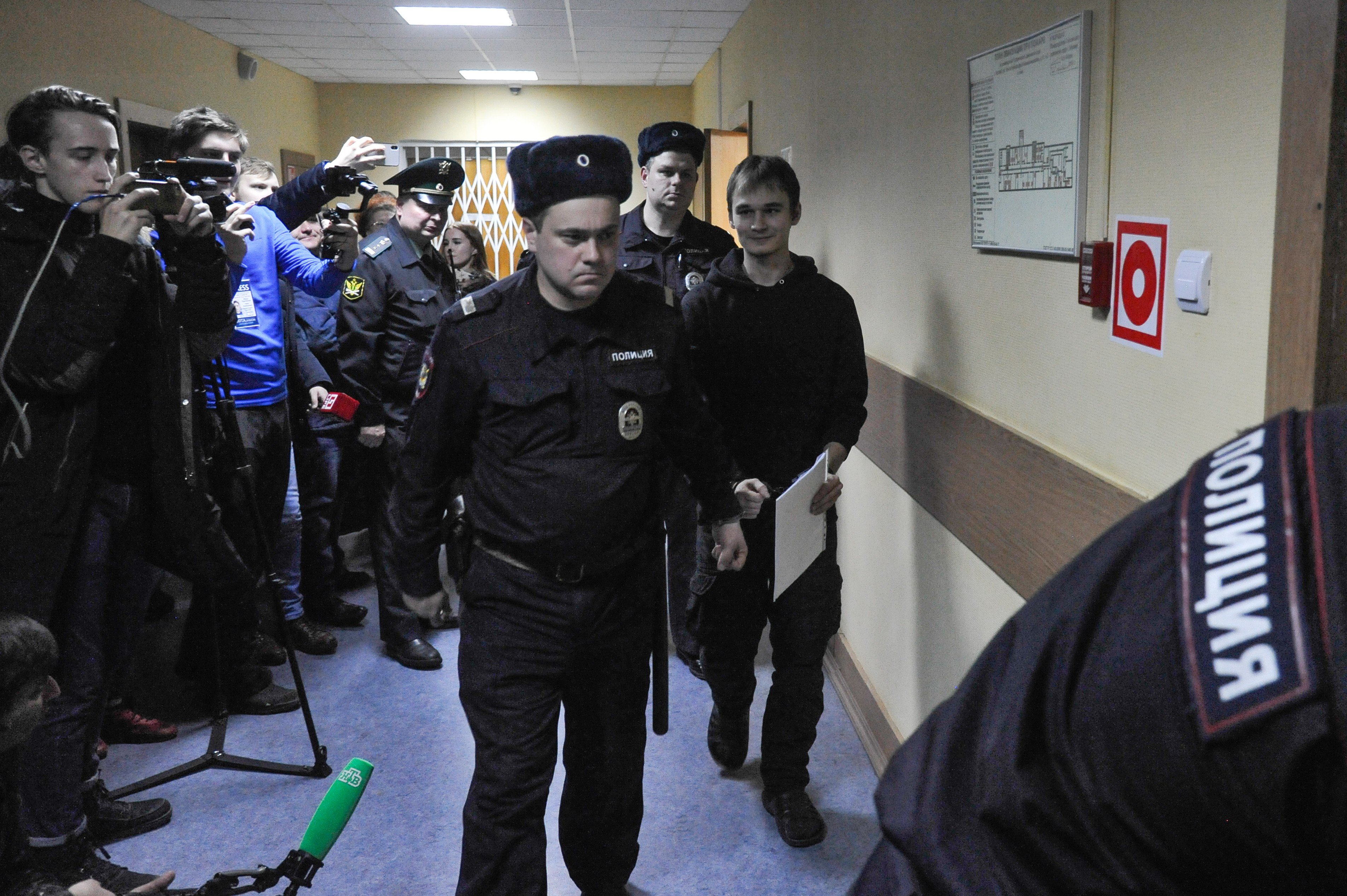 Аспиранта МГУ приговорили к 6 годам по делу о нападении на офис 'Единой России'
