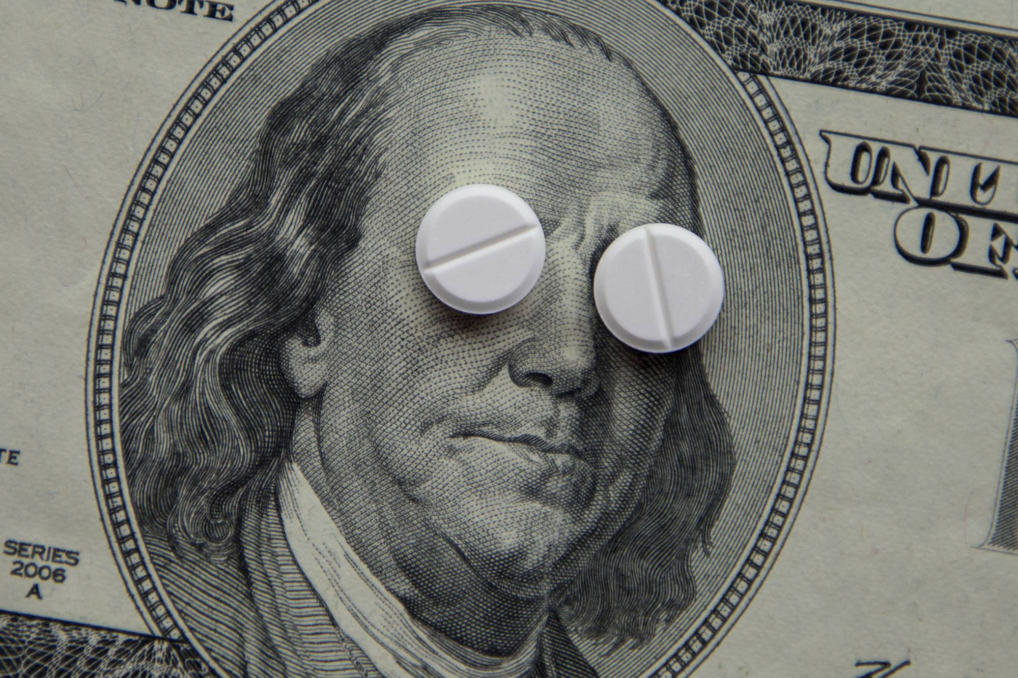 Лекарство или яд? Фармкомпании получают сверхдоходы от госконтрактов, поставляя сомнительные и опасные препараты от ковида