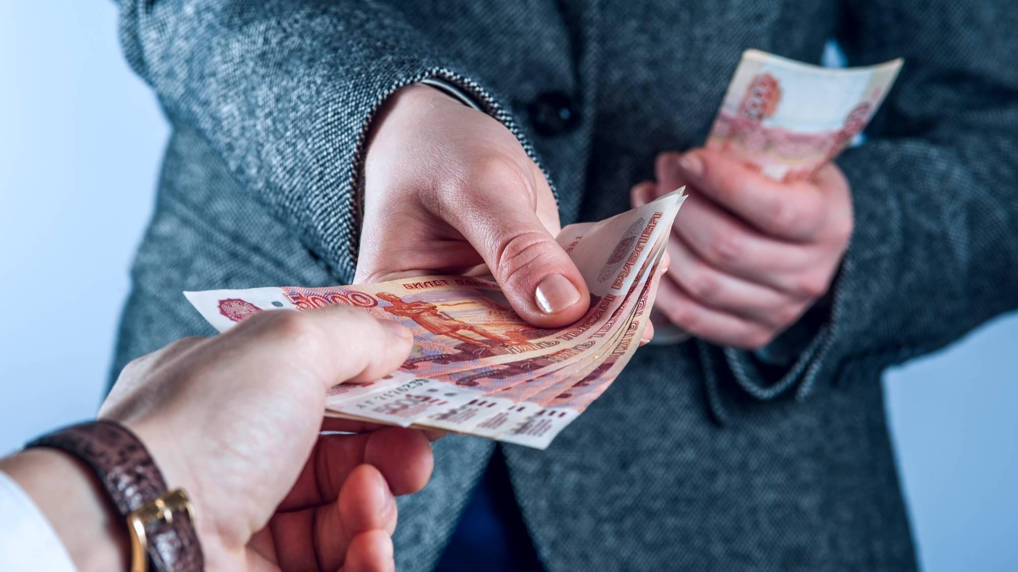 С 1 февраля вырастут зарплаты. Кто станет получать больше и на сколько