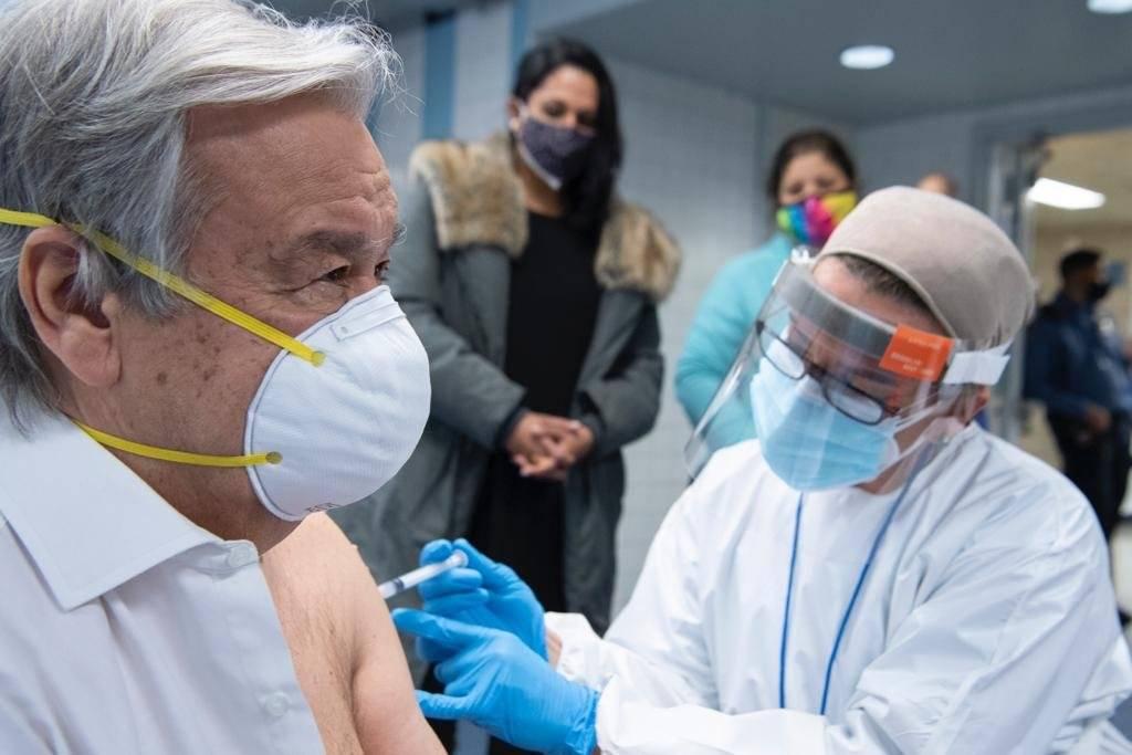 'Я счастлив и испытываю благодарность'. Генсек ООН сделал прививку от коронавируса