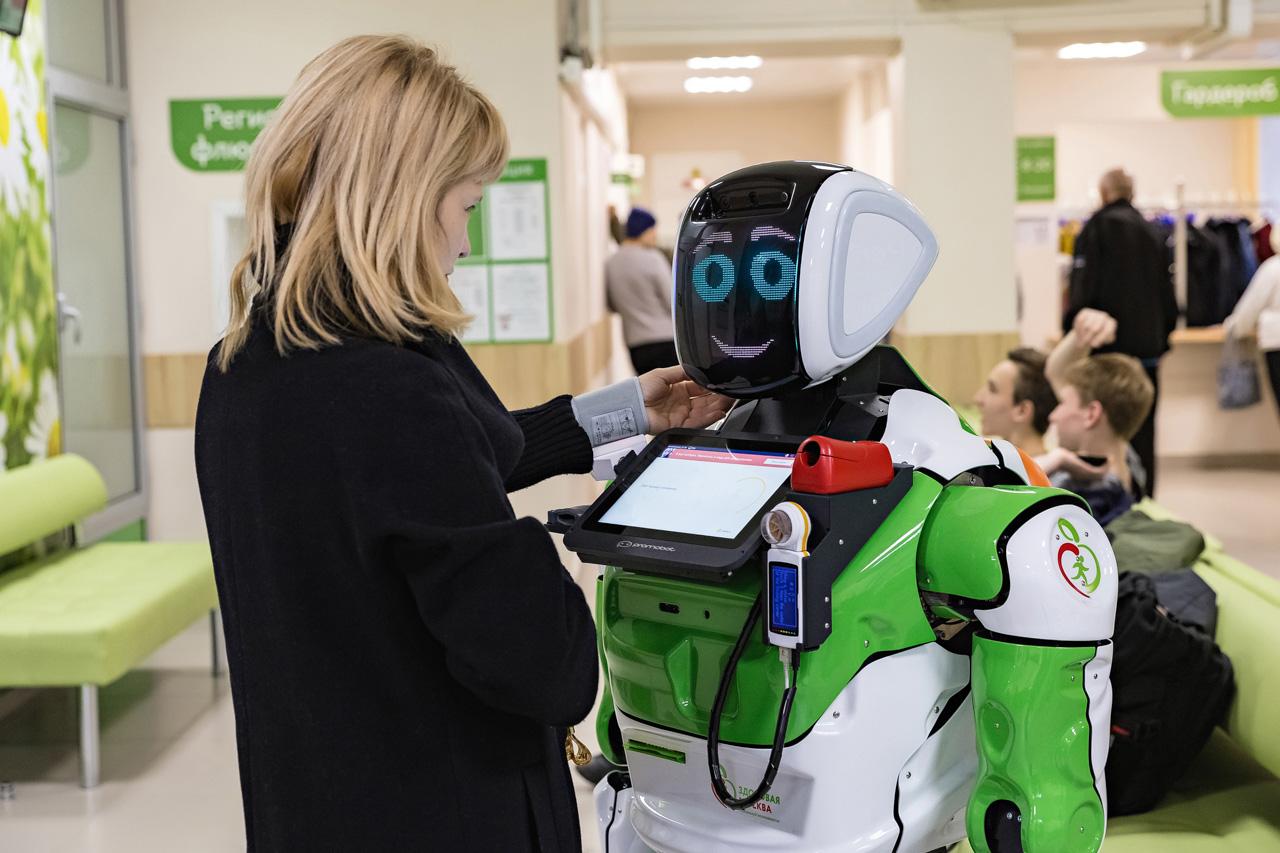 В Москве заработал робот-диагност Архимед. Он может измерить температуру и сатурацию